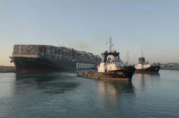 Canal de Suez: navio desencalha e volta a navegar após 6 dias