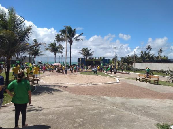 Ato de apoio ao presidente Jair Bolsonaro leva milhares à orla no 1º de Maio