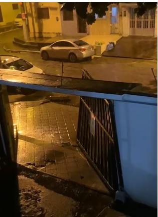 Vento derruba portão de prédio em Maceió