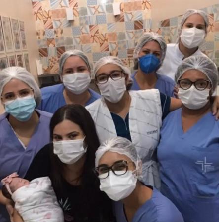 Após ficar 70 dias internada, filha de influencer recebe alta hospitalar