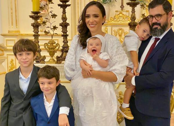 Juliano Cazarré e a mulher batizam a caçula, Maria Madalena
