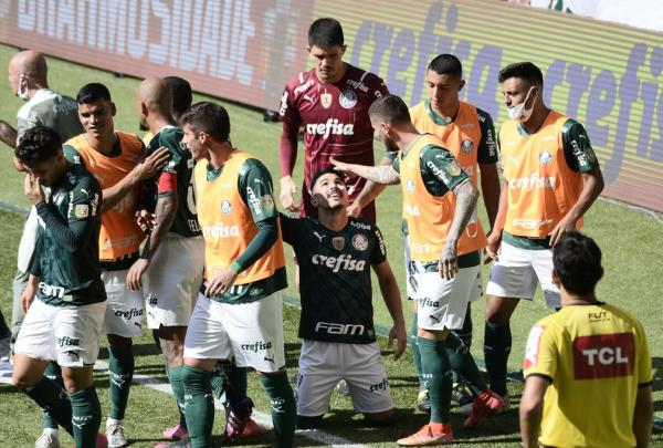 Em fim de contrato, Willian é valorizado por Abel no Palmeiras: