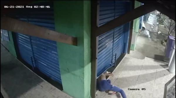 V�DEO: lanchonete é arrombada e furtada em Maceió