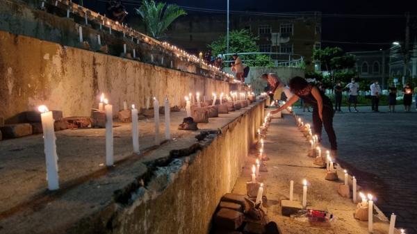 Grupo acende velas em praça de Maceió para lembrar os mais de 500 mil mortos por Covid no Brasil