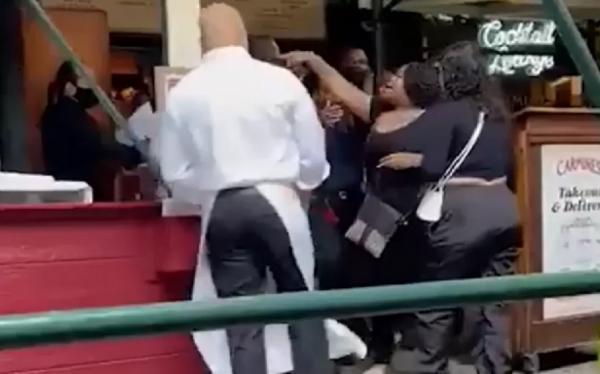 Turistas atacam funcionária de restaurante que pediu comprovante de vacinação