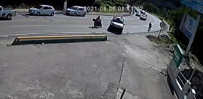 Circuito mostra momento em que motociclista se choca com viatura do Bope em Maceió