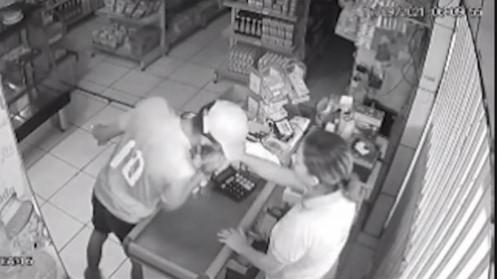 Câmera flagra criminoso beijando a mão de vítima durante assalto em Maceió